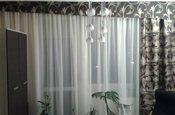 Ecrü, minta nélküli voile függöny merev drapériával