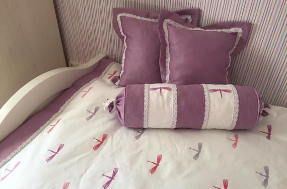 Szitakötős ágytakaró párnákkal