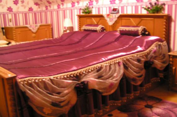 Romantikus lila ágyterítő párnákkal